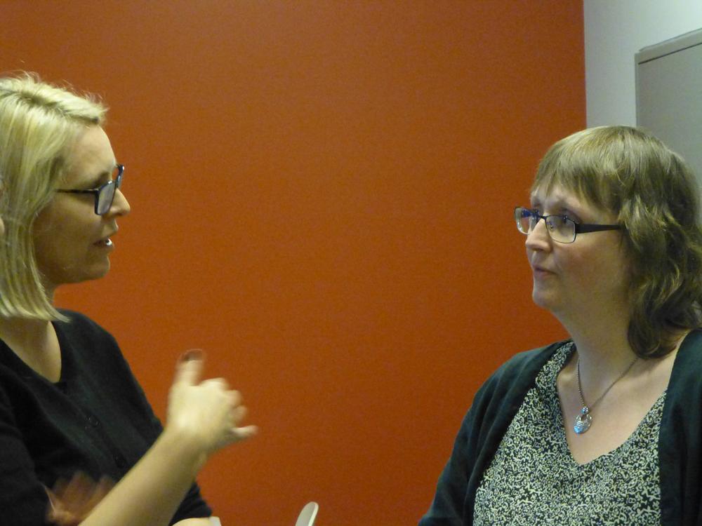 Ny avdelingsdirektør ved Sogn og Fjordane Kunstmuseum, Janne Katrine Leithe i prat med styreleiar i BKSF. Foto: Astrid Wittersø