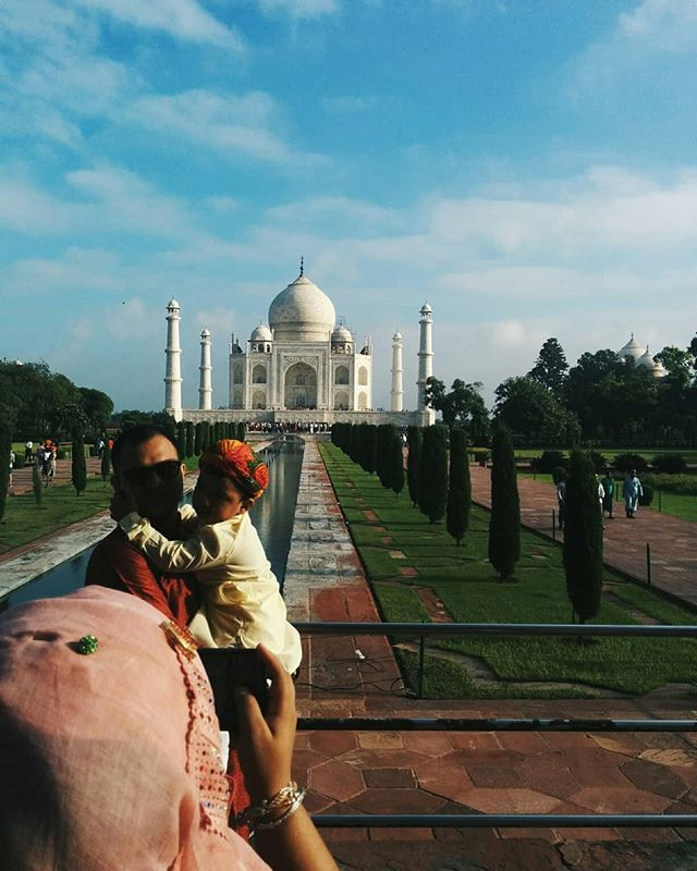 Tourists of the Taj. . . . #travel #traveling #TFLers #vacation #visiting #instatravel #instago #vsco #vscocam #vscoindia #instagood #holiday #photooftheday #people #travelling #tourism #tourist #instapassport #instatraveling #mytravelgram #travelgram #travelingram #igtravel #lonelyplanet @instagram