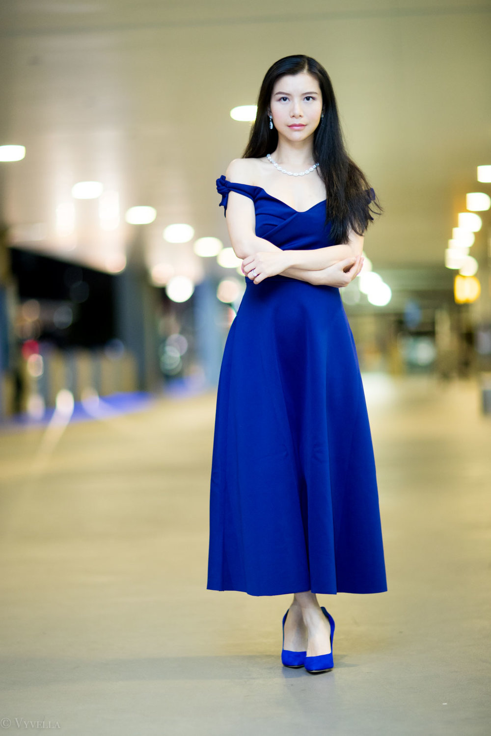 looks_royal-blue-off-the-shoulder-dress_02.jpg