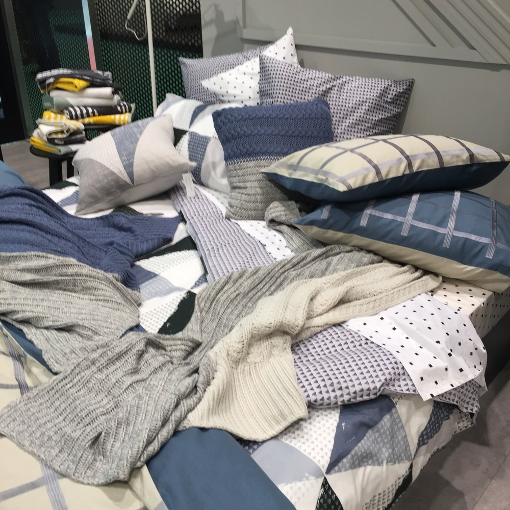 Next level messy bed styling.