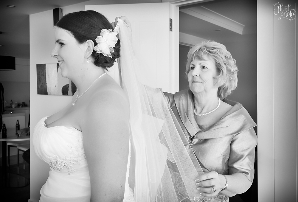 bride getting ready with mother photo 04