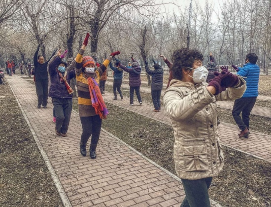 Picture of residents of Beijing still dancing under the red air pollution alert, from Chi Hong ( www.chihong.nl ) 转发池洪作品: 北京市民在红色污染预警中继续扬手舞蹈
