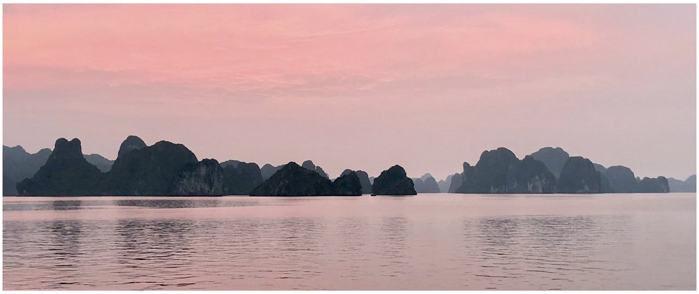 Halong Bay enshrouded in a pink dusk of early spring. 早春的粉色黄昏包裹了下龙湾。April 2, 2018