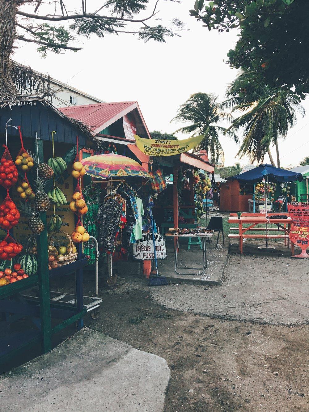 CLIFTON - Petite île pleine de charme et de recoins intéressants à explorer avec ses diverses plages, spots de kitesurf, centre ville animé en journéepar les petits magasins et le marché en plein air. C'est dans ces petites cabanes aux couleurs locales que vous trouverez les meilleurs jusde fruits frais ainsi que vos fruits et légumes.