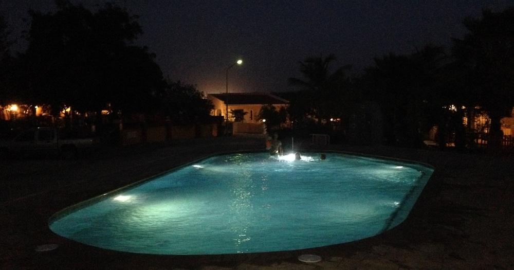 Een grote pool met maar liefst 5 lichtpunten. In een standaard privébad is één lamp voldoende.