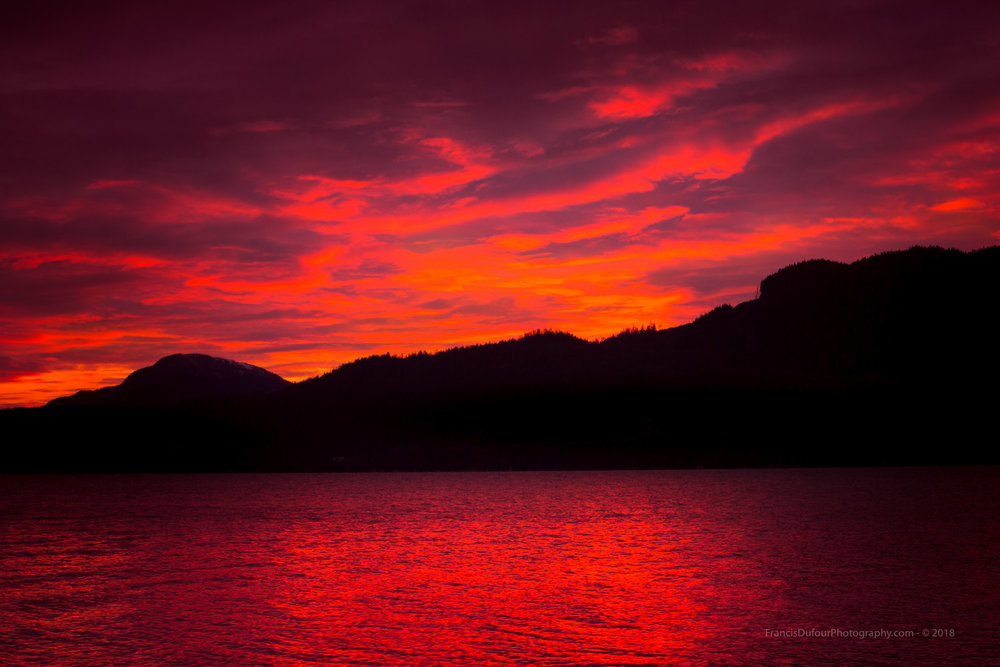 Pour le plus grand plaisir des mortels, les dieux ont mis le feu aux royaumes célestes (Canal Douglas, Kitimat, Colombie-Britannique). --To the delight of mortals, the gods set fire to the heavenly realms (Douglas Channel, Kitimat, British Columbia).
