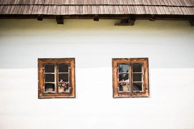 Múzeum liptovskej dediny v Pribyline - super miesto na fotenie 👌#muzeumliptovskejdediny #slovakia #pribylina #skanzen #dnesfotim #insta_svk #dnescestujem #window #house #history #folk #village