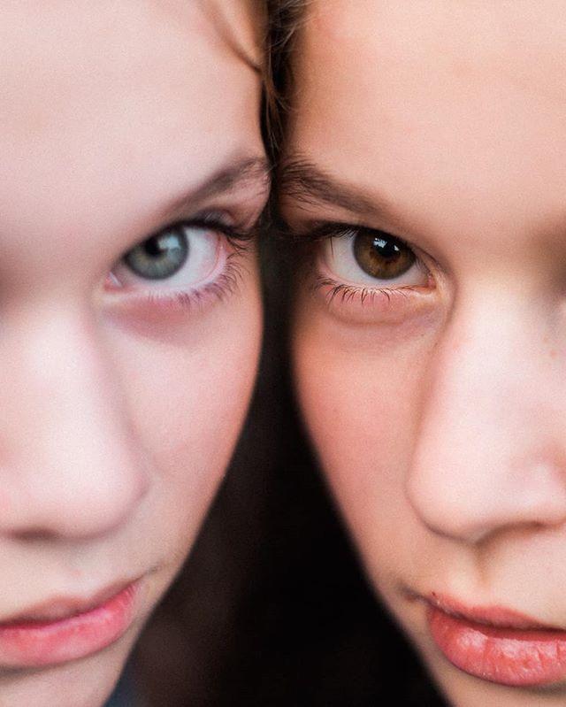 Fotila som jednu úžasnú rodinku s piatimi deťmi, toto sú sestričky - jedna krajšia ako druhá ❤ #sestry #dnesfotim #rodina #family #familyphotography #familyphotographer #pixelkids #candidchildhood #bloomforum #dearphotographer #slovakgirl #insta_svk #thisisslovakia #eyes #sisters