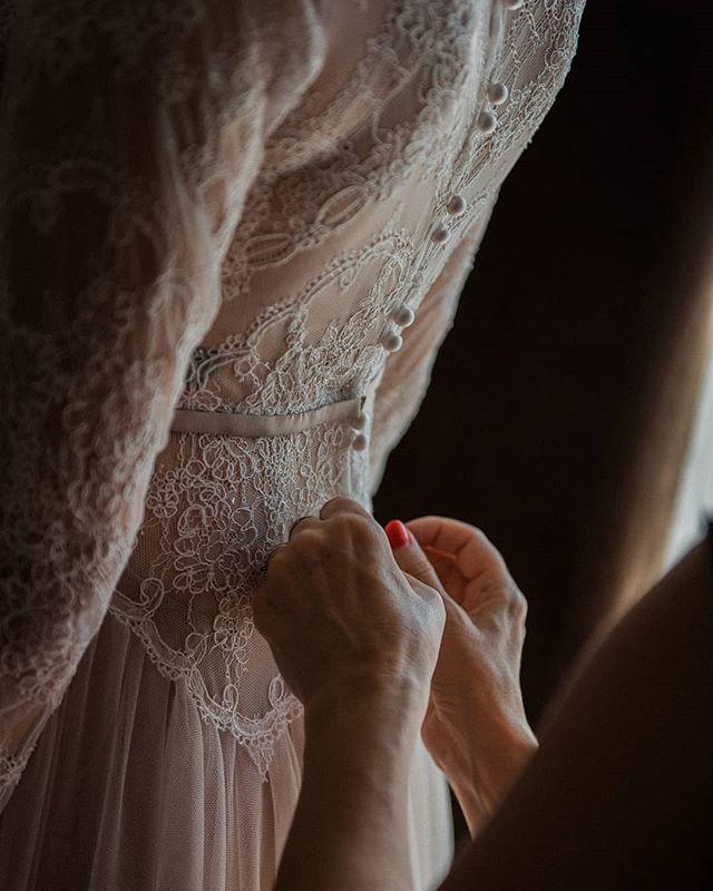 Detail krásnych svadobných šiat 😍 - - - #wedding #weddingphotography #weddingphotographer #stylemepretty #junebugswedding #hotelklucik #moment #bride #dnesfotim #detail #bridegown #weddingprep
