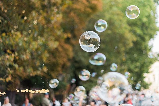 Bubliny v meste. - - - #bubbles #familyphotographer #summer  #dnesfotim #dnescestujem #city #bratislava #streetphotography #lifestylephotography #aov #dnesletim #goldenhour #mastinlabs  #cestykesnu #peakdesignczsk #peakdesignczsknacestch #splendid_vibe