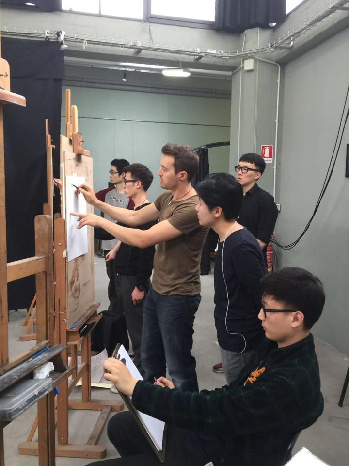 Scott Breton teaching gestural life drawing and anatomy to students of ICACEA fine art course, Florence, Italy