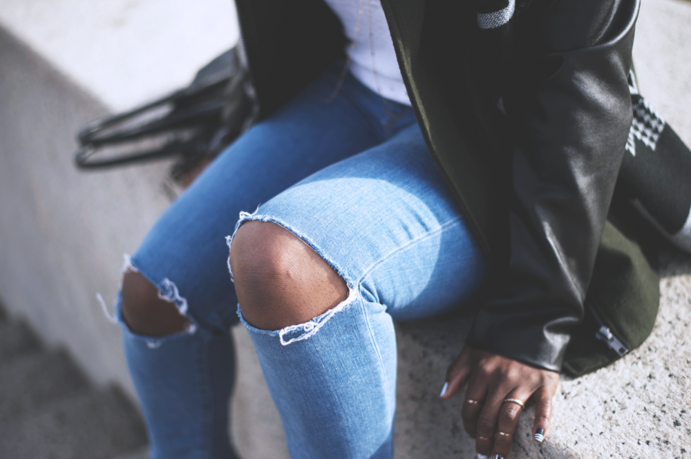 Tasha-James-The-Glossier-Fashion-Beauty-Makeup-Blogger-Outfit-Style-Winter-Trends-Blanket-Scarf-Ripped-Jeans-7.png