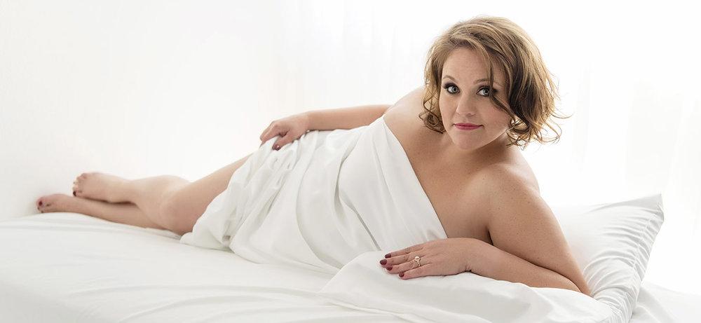 curvy_plus_size_woman_white_sheet_boudoir_2018_ccphotomagic.jpg