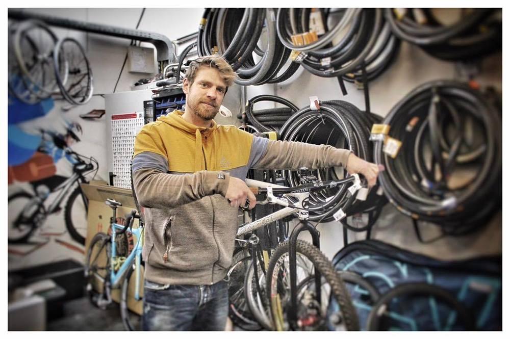 Alle fietsen zijn bij ons welkom voor onderhoud of reparatie. Stap gerust eens binnen! - Dennis Geuens - eigenaar Bikeaholic