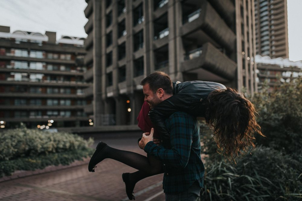 A couple playing around |Creative and fun engagement photography ideas at the barbican center in London. www.baiandelle.com