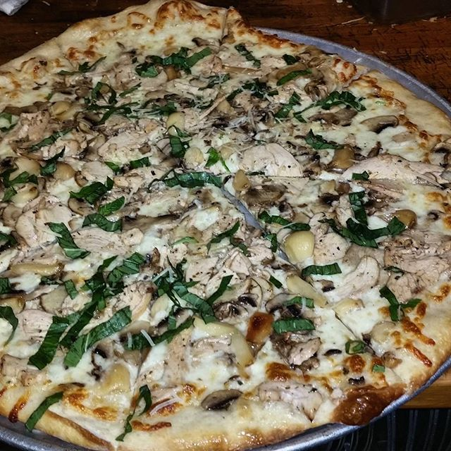 Chicken, Mushroom, Gorgonzola, Roasted Garlic. Dank combo slice today!#Martollisplaza  #yum