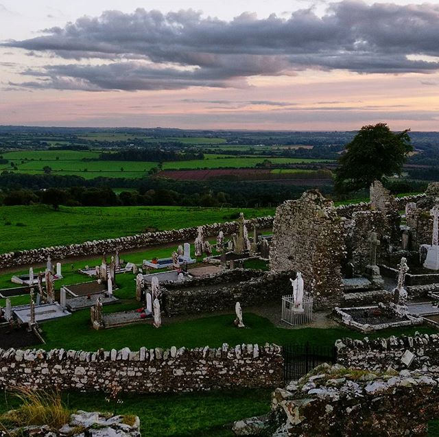 Hill of Slane on a gorgeous evening. . . . . . . #tourireland #slane #stpatrick #friary #ancient #ruins #landscape #green #greenismyfavoritecolor #nofilter #takemeback #highcross #headstone #architecture #mysteries #hillofslane #riverboyne #meridianabbey