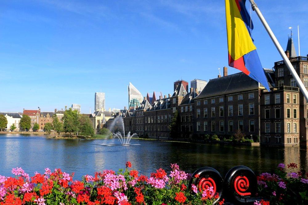 den-haag-netherlands-city-binnenhof-character-32-globetrotter-travel