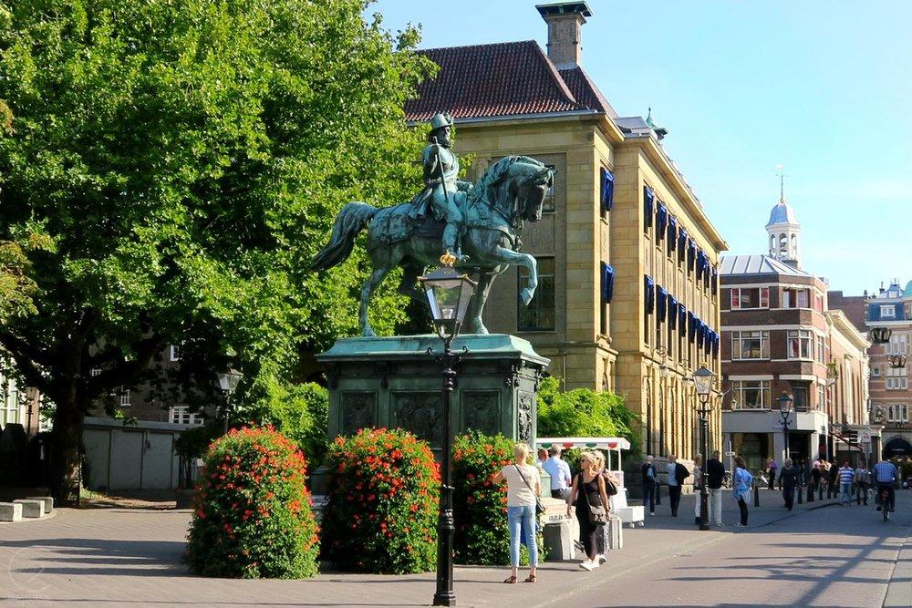 den-haag-netherlands-city-horse-statue-character-32-globetrotter-travel