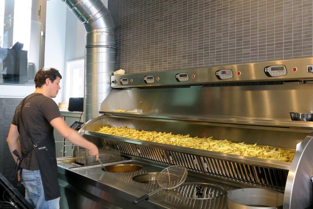 eating-den-haag-frientwinkel-fries-character-32-globetrotter