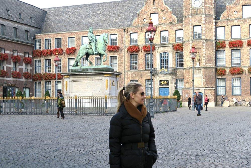 dusseldorf-germany-europe-character-32-globetrotter-altes-rathaus-düsseldorf