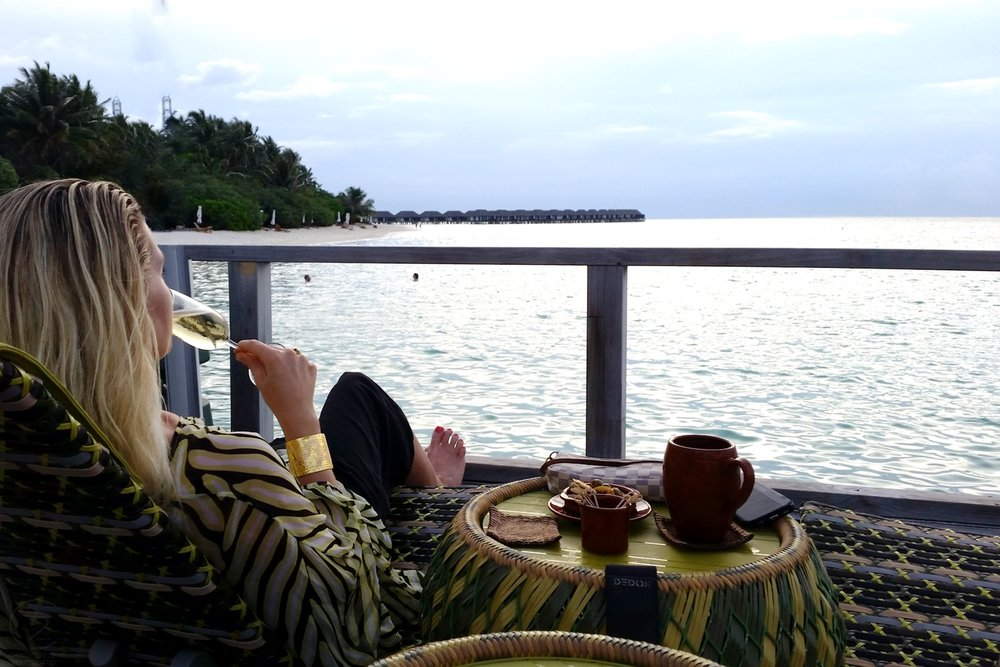 maldives-velassaru-chill-bar-at-sunset-overlooking-water-c32-character-32-globetrotter-travel