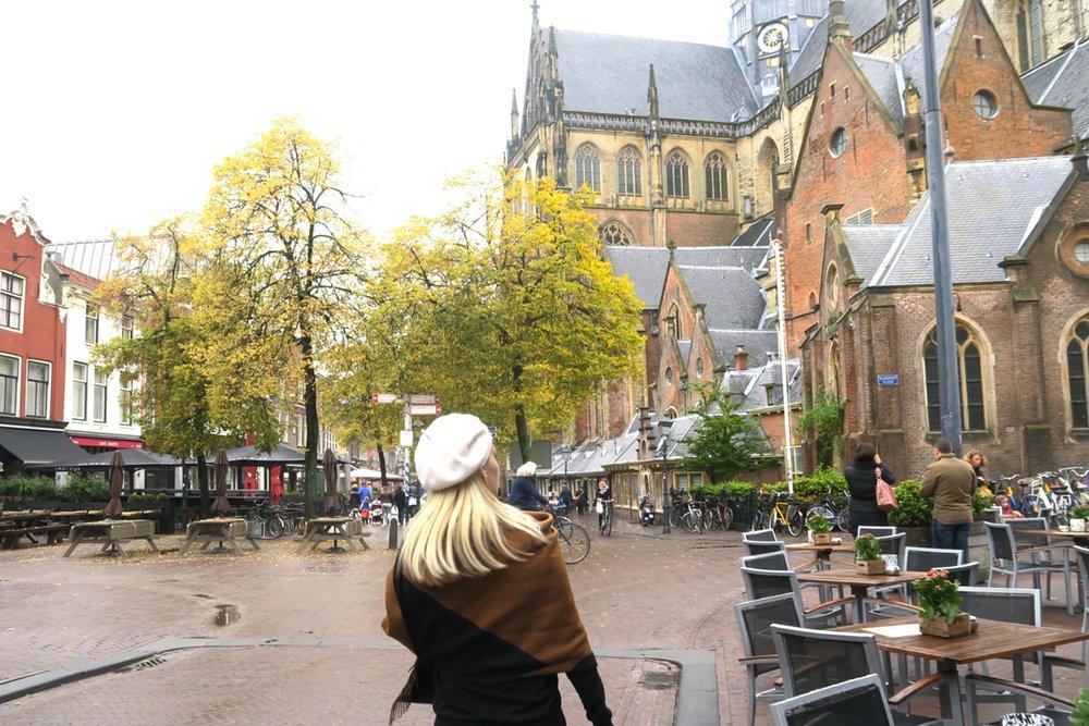 haarlem-netherlands-travel-globetrotter-character-32-c32-grote-kerk