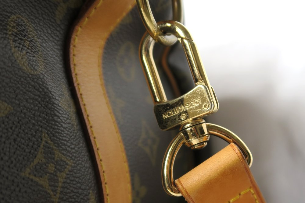 louis-vuitton-keepall-55-strap-upclose-monogram-character-32-lifestyle