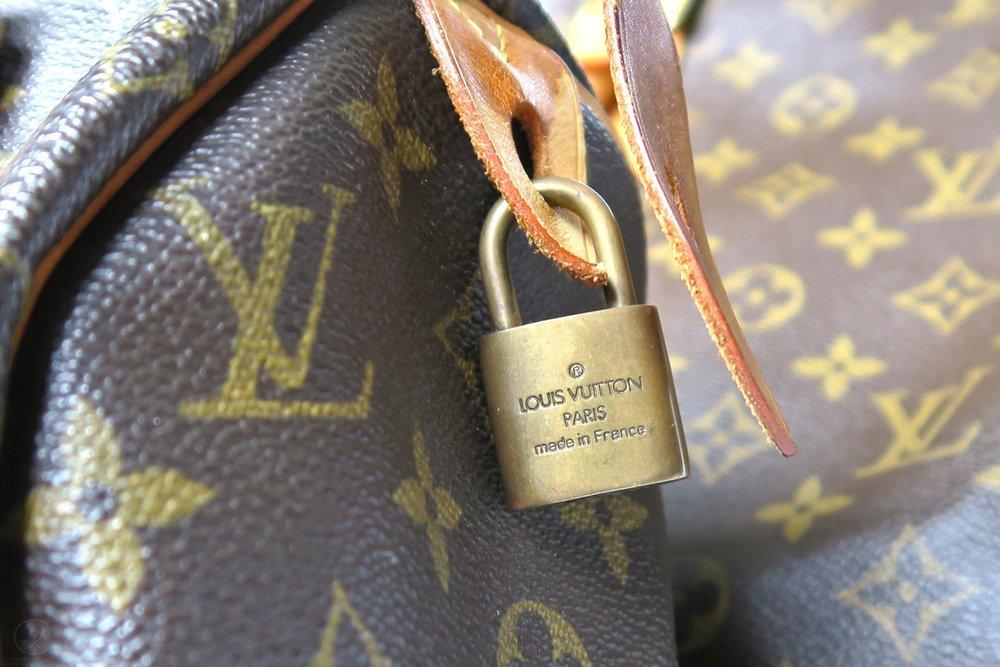 louis-vuitton-strap-lock-speedy-25-monogram-character-32-lifestyle