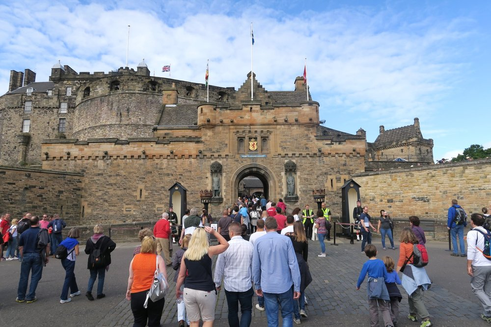 edinburgh-scotland-character-32-c32-travel-castle-entrance