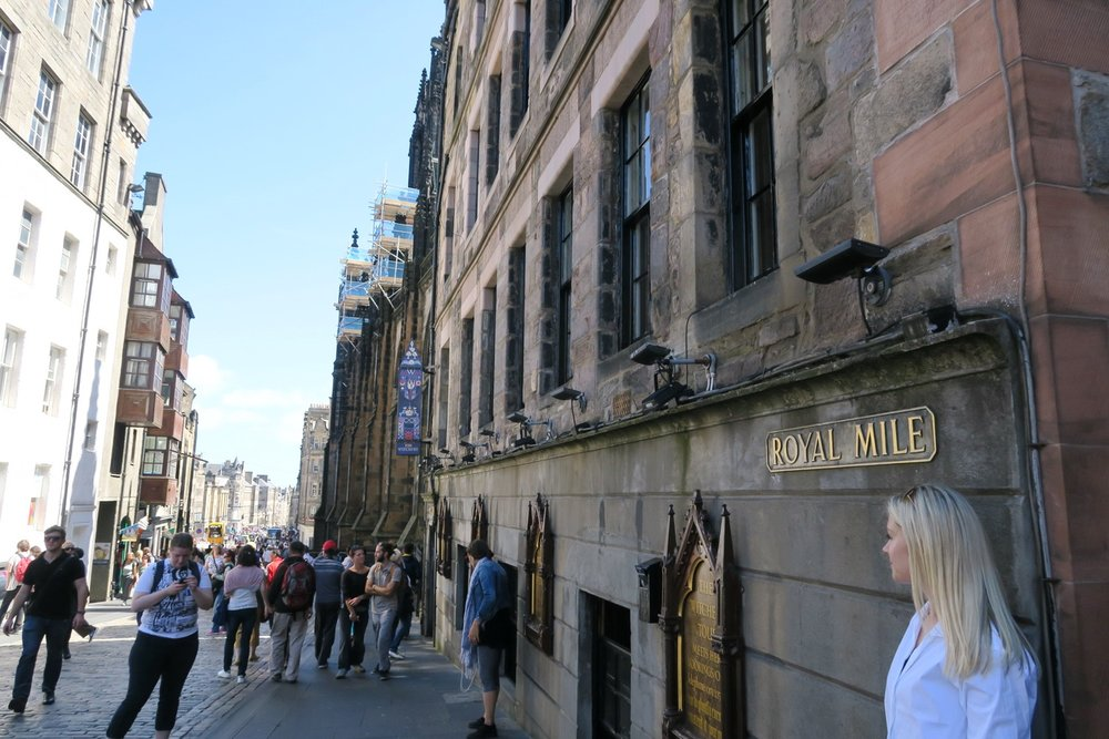 edinburgh-scotland-character-32-c32-travel-royal-mile-sign