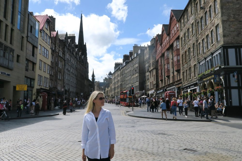 edinburgh-scotland-character-32-c32-travel-royal-mile-street