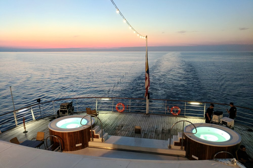 wind-surf-luxury-yacht-windstar-cruises-character-32-c32-french-riviera-travel-pool-deck