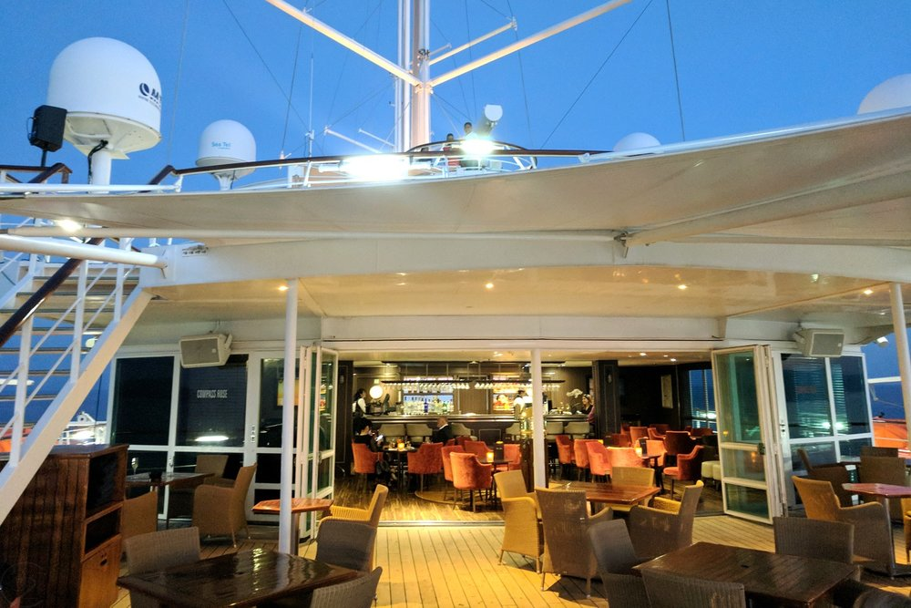 wind-surf-luxury-yacht-windstar-cruises-character-32-c32-french-riviera-travel-bar
