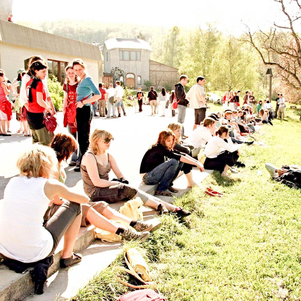 Welt - Ans Goetheanum kommen Menschen aus Ländern aller Kontinente. Viele Kulturen, Sprachen und Lebenswege treffen und bereichern einander. Diese bunte Umgebung bildet einen außerordentlichen Boden für menschliche Begegnungen. Als Sitz der ‹Allgemeinen Anthroposophischen Gesellschaft› und der ‹Freien Hochschule für Geisteswissenschaft› bietet das Goetheanum eine privilegierte Warte um die weltweite anthroposophische Bewegung in ihrer Aktualität und Entwicklung wahrzunehmen.