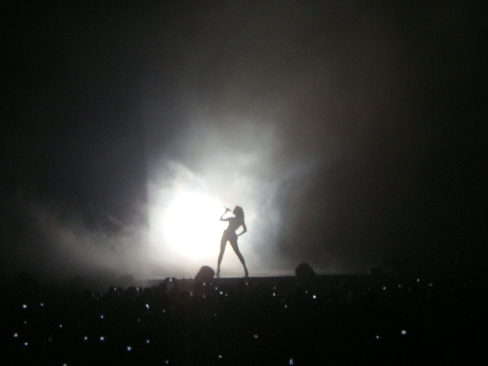 Beyonce performs (Emiana - Flickr)