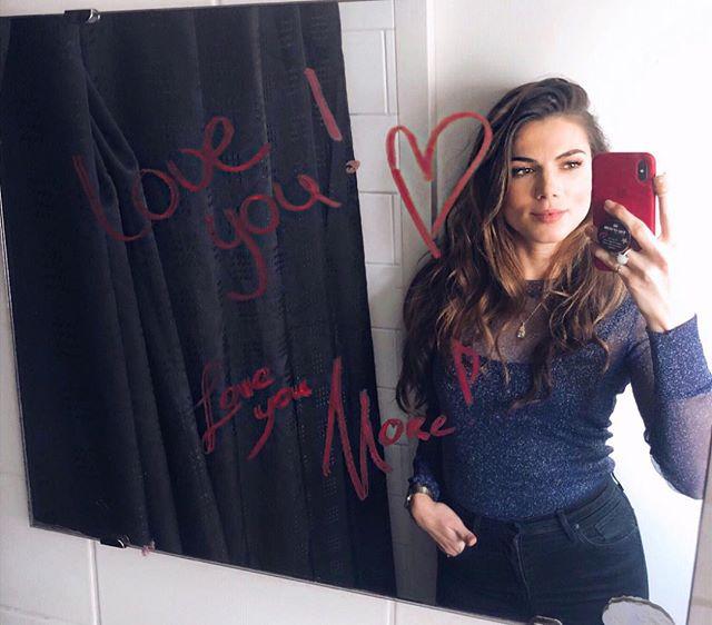 Als je mekaar 's ochtends misloopt, maar je toch een lief berichtje wilt achterlaten.. Dan grijp je naar je rode lippenstift en schrijf je het op de badkamer spiegel 🥰😉. Happy Valentinesday! ♥️