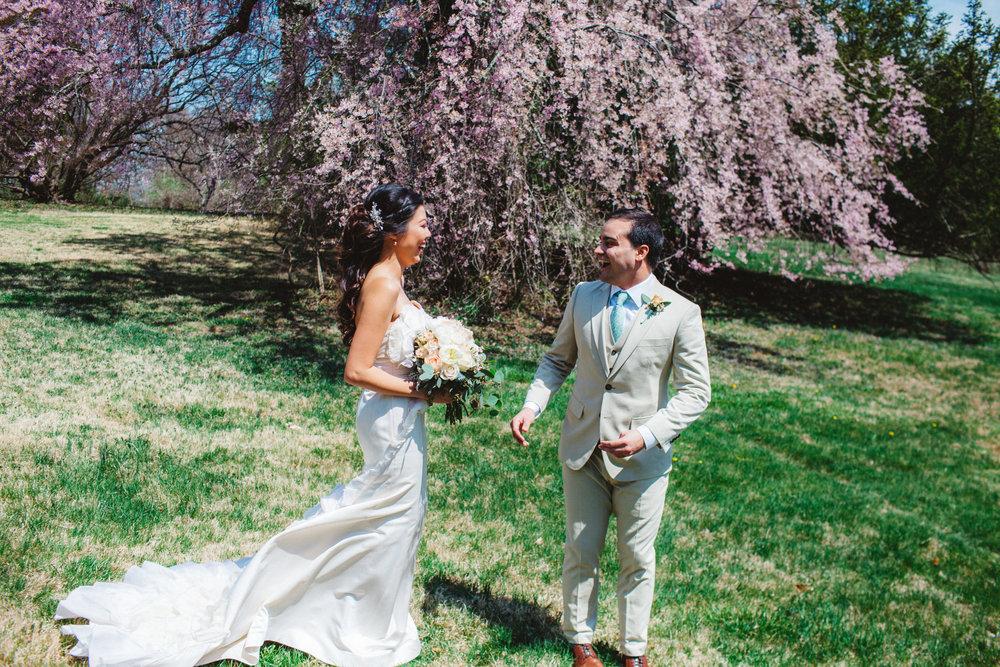 Ce couple a choisi de faire un first look devant ce magnifique arbre en fleur.