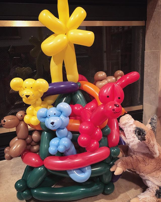 Piggy's very first balloon Christmas Tree! Merry Christmas, y'all! #balloonladyclown #balloontwisting #pigpuppet #puppet