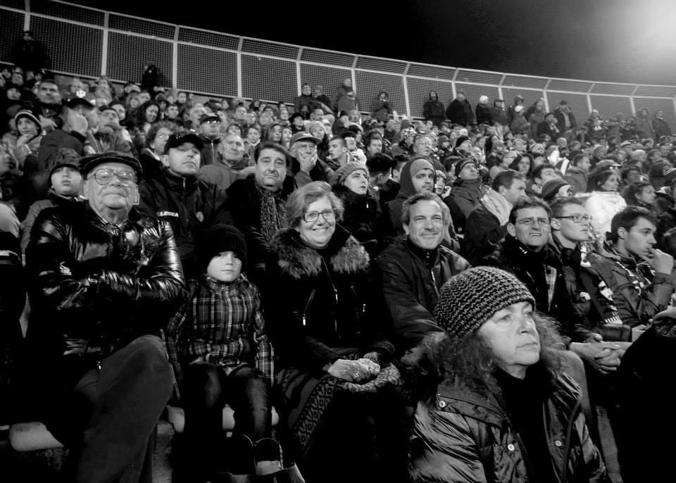 Der er en god blanding af familier, gamle mænd, unge ultras og ældre damer på Armando Picchi i Livorno. Foto: Dan Pedersen
