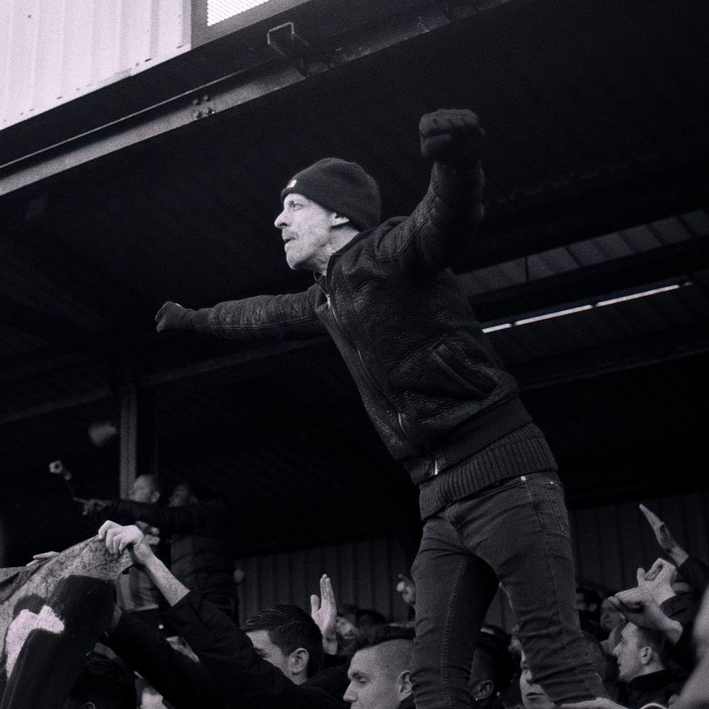 Den engelske FA Cup giver de små klubber chancen for at spille mod de store verdensstjerner. Her er det Dover Athletic fans i en kamp mod Crystal Palace på Crabble Athletic Ground.Photo Credit: Richard Fisher/ FLICKR /   CC BY 2.0