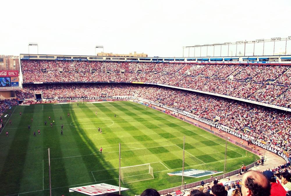 Atletico Madrid har hjemme i det sydlige Madrid, hvor Vincente Calderon er en skøn destination på en varm solskinsdag. Fra næste sæson er det imidlertid slut når man flytter til et nyt og lukket stadion med plads til 70.000 tilskuere.