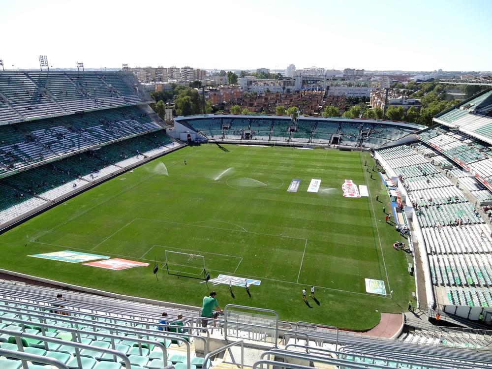 Benito Villamarín  i Sevilla er et rigtig fodbold stadion.Det nedslidt beton stadion med åben himmel er hjemsted for de 40.000 Real Betis, der hver uge møder op til holdets hjemmekampe i La Liga. Photo Credit:   Groundhopping Mersebur g/ Flickr /   CC BY-NC 2.0