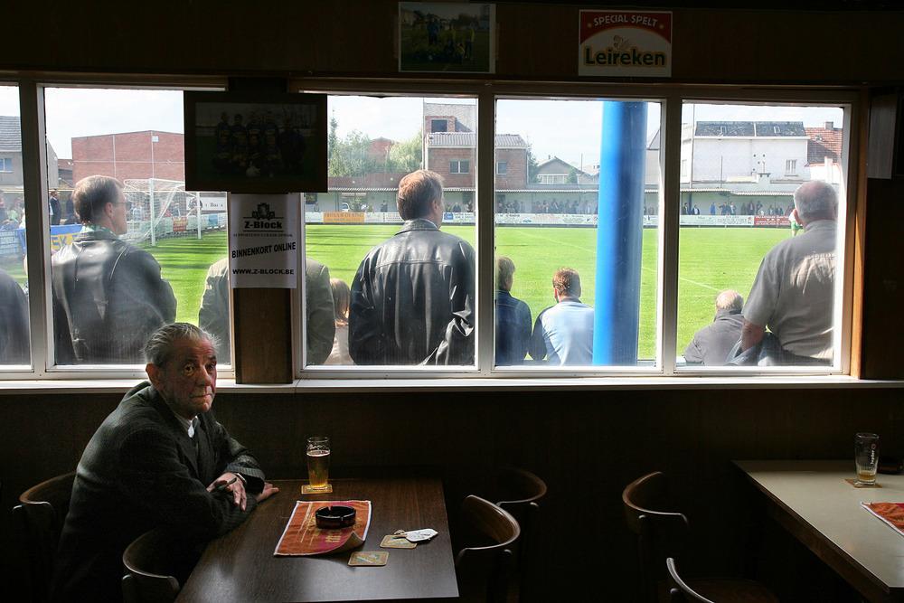 Mand slukker tørsten i klubhuset. Foto: Jürgen Vantomme