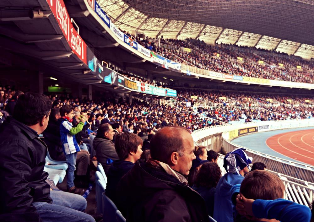 Voldgraven og løbebanen skaber stor afstand mellem tilskuere og spillere på Estadio Anoeta, hvor generationer mødes for at følge Real Sociedad. Foto: Dan Pedersen