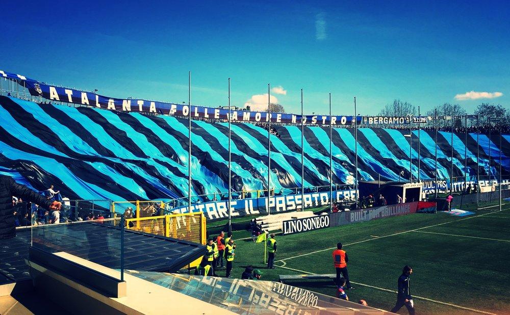 Stadio Comunale Atleti Azzurri D'Italia er et af de gamle traditionelle fodboldstadions fra Mussolini-tiden. Nu står stadion overfor en omfattende renovering, hvis Atalanta får held til at købe stadionet af bystyret i Bergamo.