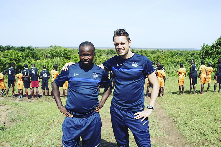 Thomas Thor har valgt at dedikere sit liv til El Cambio Academy i Uganda. Det betyder, at han ikke har nogen penge og bor hos familie og venner, når han er hjemme i Danmark. Til gengæld er han fri af andres forventninger og accept.