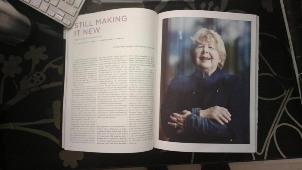 Published in the norwegian literary magazine Vinduet with 2 pictures of Marjorie Perloff (a poetry scholar and critic in the U.S. born 1931).