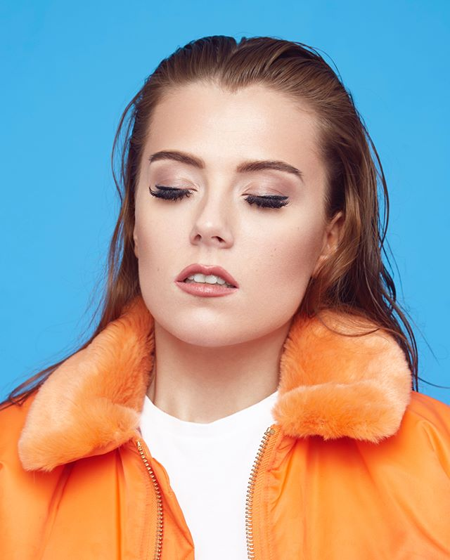 That Friday Feeling with @emmahaga #singer #artist #pop #musicphotograpghy #studiophotography #photo #Orange #Blue #eyesw#eyeswideshut #eyesclosed #blink mua & styling: @maritahaugen