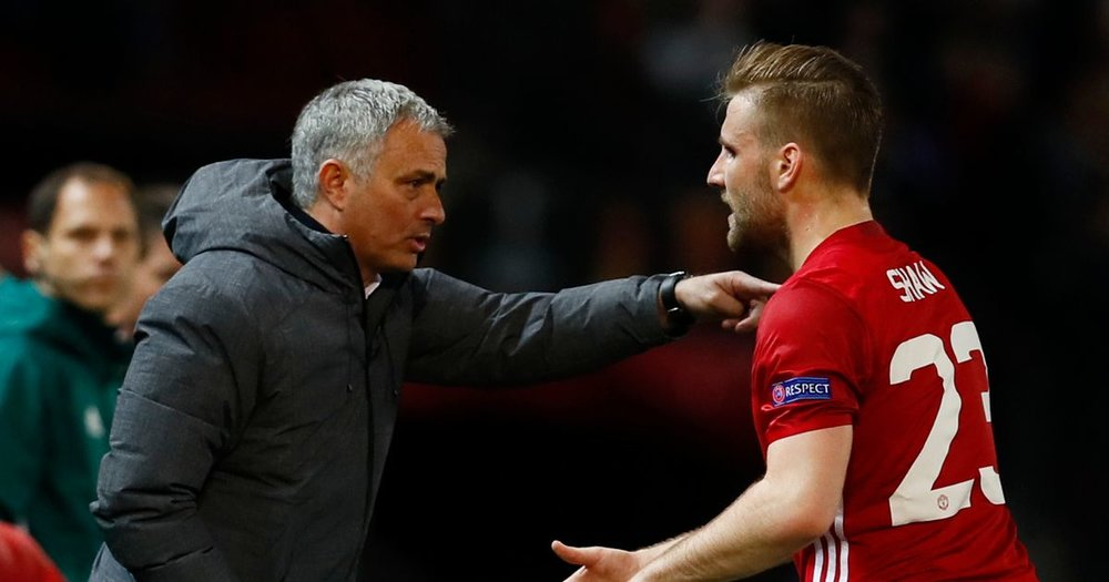 Manchester-United-manager-Jose-Mourinho-speaks-with-Luke-Shaw.jpg
